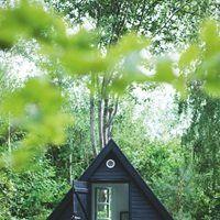 Here;s what I think! ... Selvfølgelig hedder det lille gæstehus 'Bamsehuset'. Det trekantede hus er husets oprindelige anneks, og indenfor hersker en rolig enkelhed....