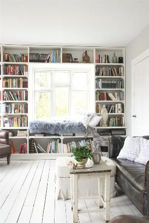 Platsbyggd bokhylla runt fönster med vilplats. Jeanne d' Arc Living Magazine Issue 8