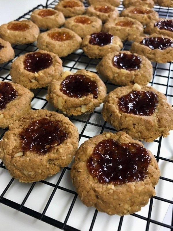 Procurando por um snack saudável? Estes biscoitos sem glúten de castanha, aveia e geleia são deliciosos e fáceis de fazer. Além disso, rendem um monte!! Vem aprender!