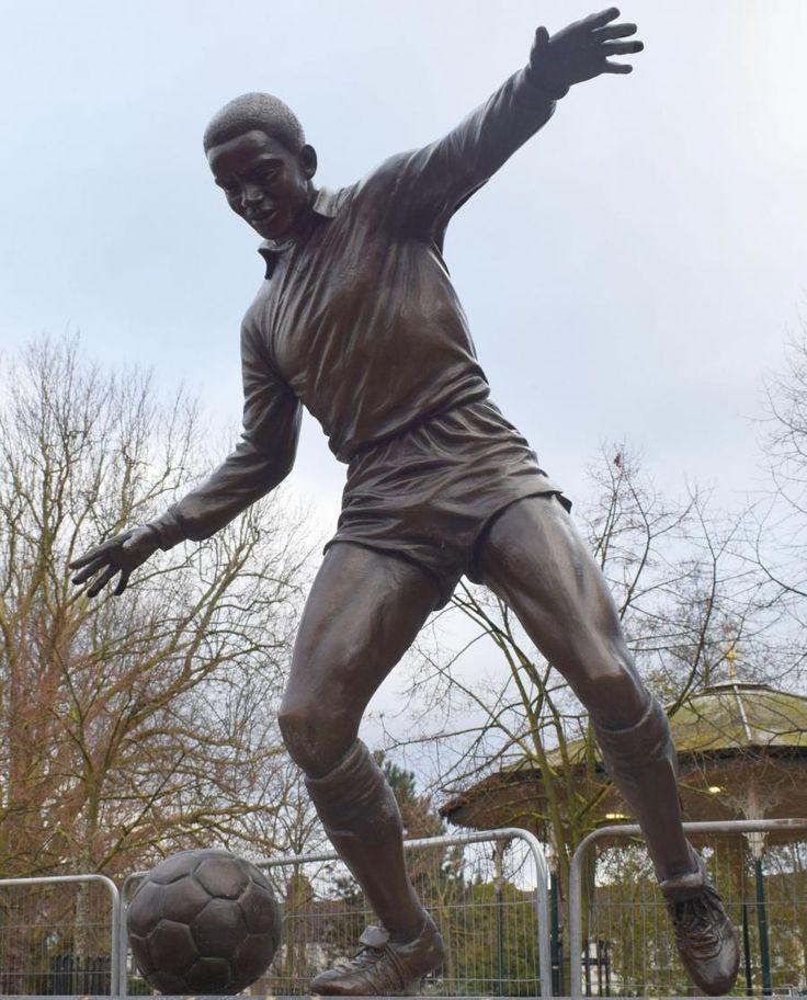 """Proprio due giorni fa, a due passi dallo stadio del Leyton Orient gli hanno dedicato una statua. Se la meritava, Laurie Cunningham, """"il più grande giocatore britannico dai tempi di George Best"""", come disse Ron Atkinson, ilprimo calciatore di colore ad avere indossato la maglia della nazionale..."""