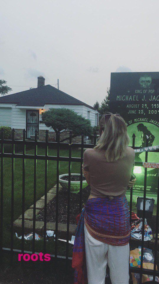 Paris Jackson at the childhood home of Michael Jackson 9/2017