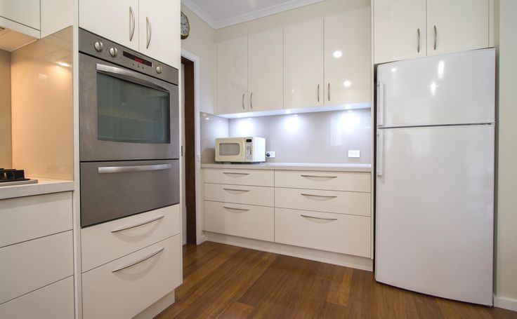 This kitchen is simple yet elegant, light and bright. www.thekitchendesigncentre.com.au @thekitchen_designcentre