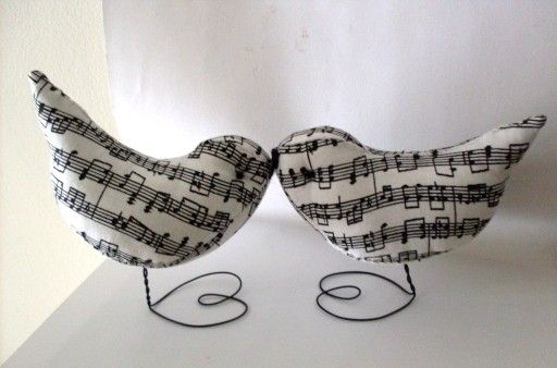 @Genevieve Owen, the solution for a cake topper? music AND put a bird on it : )