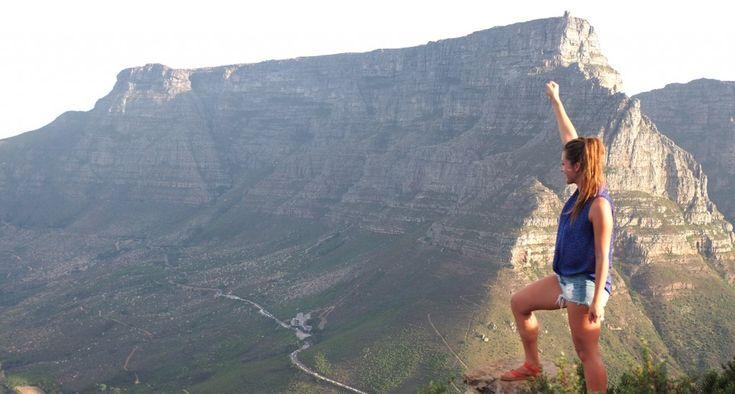 Wie niet vies is van een kleine hike en houdt van toffe uitzichtpunten, moet in Kaapstad naar de top van Lion's Head klimmen dat je tussen Signal Hill en de Tafelberg vindt. Het is een stukje Kaapstad waar geen huizen staan, je ondanks de centrale liggen toch een in-the-middle-of-nowhere-gevoel kunt ervaren en waar je ook een van de mooiste uitzichten op de Tafelberg vindt. Lion's Head ligt op bijna 700 meter boven zeeniveau en kreeg ooit de naam Leeuwenkop vanwege haar bijzondere vorm…