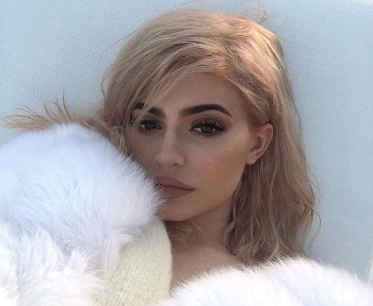 Kylie Jenner a laissé ses cheveux blonds platine pour une teinte rose or. Photos de Kylie Jenner avec les cheveux roses et or