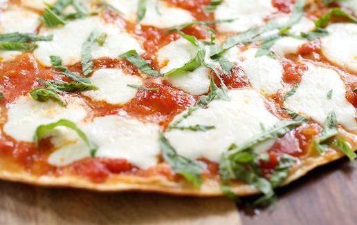 Bezig met het 30 dagen strak plan? Trainer Kay de Lang deelt een geheim recept: de gezonde, magere pizza. Joehoe! Pizza!