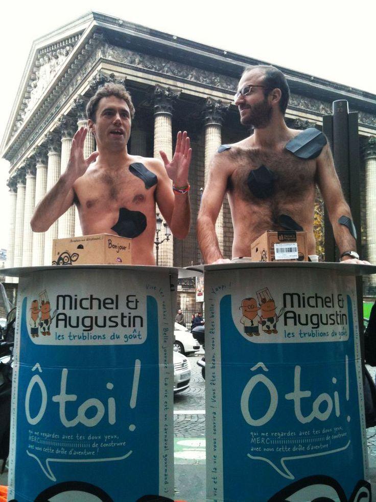 Michel et Augustin en personne et en vache pour le lancement de leur vrai cookie ! Une autre idée du Street Marketing