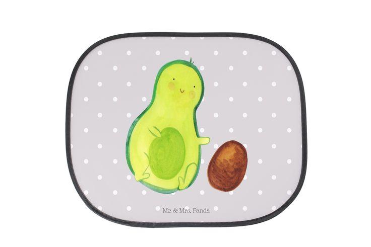 Auto Sonnenschutz Avocado rollt Kern aus Kunstfaser  Natur - Das Original von Mr. & Mrs. Panda.  Der einzigartige Sonnenschutz von Mr. & Mrs. Panda ist wirklich etwas ganz Besonderes - er hat die Größe 38x44 cm und wird mit zwei Saugnäpfen ausgeliefert. Im Lieferumfang ist ein Sonnenschutz inkl. 2 Saugnäpfen enthalten.    Über unser Motiv Avocado rollt Kern  Avocados - gesund, lecker und unglaublich wunderbar. Aus diesem Grund zieht die Avocado in unsere Panda-Familie ein. Handgezeichnet von…