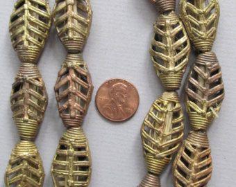 Deze fenomenale Afrikaanse parels zijn handgemaakte in Mali van nikkel. Elke kraal is hand gevormd. Geen twee zijn precies hetzelfde. De kralen zijn ongeveer geworden.51 inch/13.00 mm in diameter. Er zijn ongeveer 100 kralen op elk onderdeel.  Meer informatie over ons door een bezoek aan onze website-www.screendoorstudios.com. Als u in de buurt bent kom ons bezoeken op 310 S. Sherwood St., Fort Collins, CO 80521. Willen we graag tot ziens!  Artikelnummer MSC18