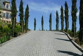 Modular Cobblestone Paving A driveway paved with Eurocobble's Milano Grande and Firenze in classic serpentine pattern in grey porphyry.