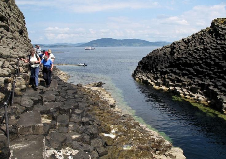 Die Höhle Fingals Cave auf der schottischen Insel Staffa.