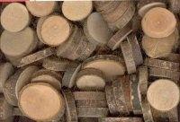 Houten Schijfjes Doos met natuurlijke houten schijfjes. Leuk voor scrapbook, homedeco en floristiek Maat varieert van 1.5 tot 3 cm.  De maat is slecht ter indicatie, het betreft een natuurproduct waardoor de maat per zending varieert.