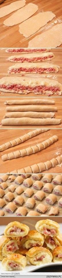 Schinken-Käse-Röllchen Hefe- oder Blätterteig ausrollen und mit geriebenen Käse und Schinkenwürfeln füllen. Zusammenrollen und in kleine Röllchen schneiden. In den Backofen legen, bis sie goldbraun sind.