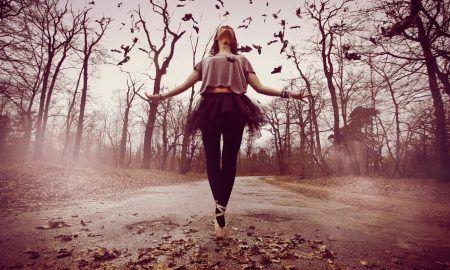 Μερικοί άνθρωποι νιώθουν ενοχές όταν είναι μόνοι, μερικοί δεν θέλουν να είναι μόνοι και κάποιοι πιστεύουν ότι το να είσαι μόνος είναι το ίδιο με το να είσαι