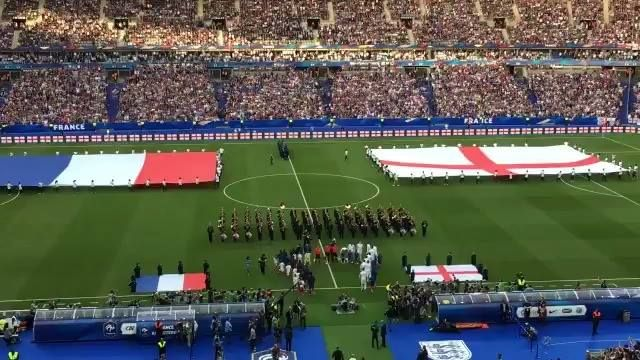 Thousands of France and England football team fans singing Don't Look Back In Anger together. Football ❤