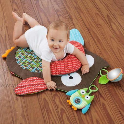 Le petit tapis d'activité hibou Treetop Friends de Skip Hop est idéal pour favoriser le renforcement musculaire de bébé ainsi que son éveil grâce à ses différentes activités et textures.