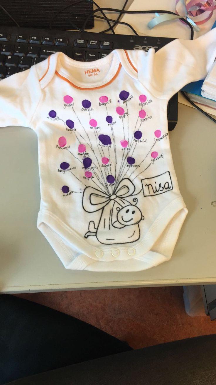 Cadeau pasgeboren baby. Al de kinderen maken een ballontje met hun vinger.