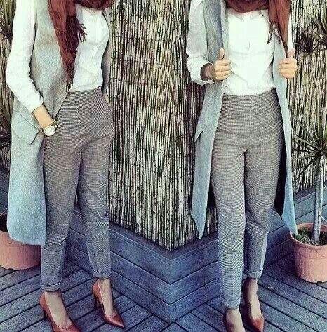 Gilet sans manches bleu clair chemise blanche pantalon blanc noir