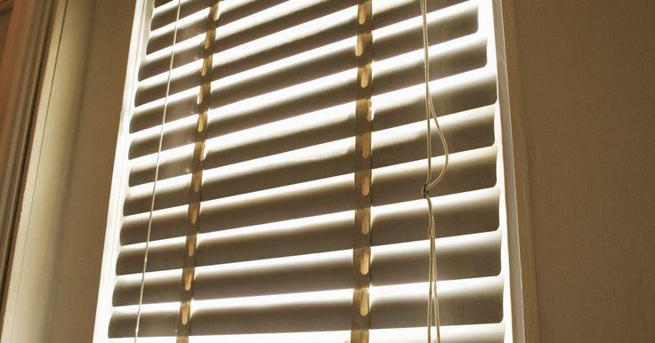 Cómo limpiar persianas de PVC. Las persianas de cloruro de polivinilo o PVC son una manera rentable de crear una barrera de privacidad en tus ventanas. Sin embargo, este tipo de tratamiento de la ventana también puede ser un excelente imán para el polvo si no se limpia con regularidad.