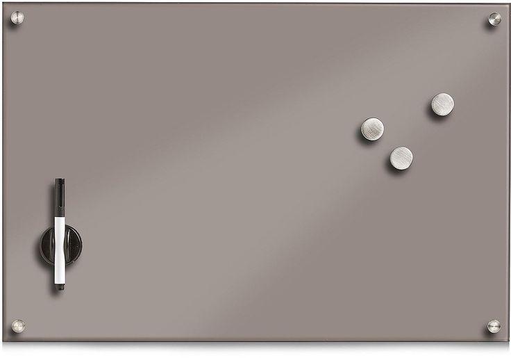 Dieses hochwertige Glas-Memobord ist komplett beschreibbar und durch eine Kaschierung aus Metall auch als Magnettafel nutzbar. Ein Filzstift und die magnethaftende Tafellöscher-Stiftehalter-Kombi sind inklusive. Des Weiteren sind 3 extra starke Magnete im Lieferumfang enthalten. Dank seines modernen Designs ist dieses funktionale Glas-Memobord ein echter Hingucker in Ihren Haushalt. Das Montage...
