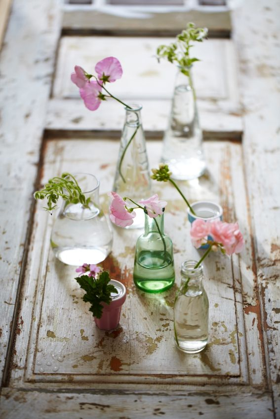 Bloemen in verschillende vazen en potjes zorgen voor een gezellig en speels effect. #IKEA #moederdag