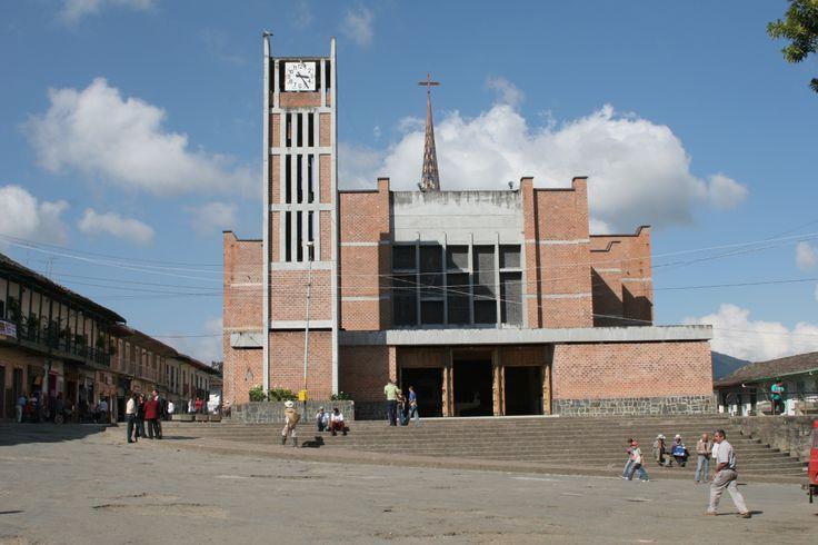 6-Iglesia de La Catedral. Plaza principal de Sonsón. 2006.