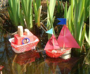 Basteln mit Kindern - Ideen für Draußen: Basteln Sie mit Ihrem Kind kleine Boote, die es an heißen Tagen im Bach fahren lassen kann. Als Material verwenden Sie leere Plastikbecher, Zwiebelnetze, Korken, Altpapier, Tonpapier und Holzspießer.