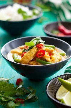 Makkelijk en snel, Thaise kip-curry met groene boontjes en rijst. Met groene curry, kipfilet en sperzieboontjes. ingrediënten: 1 zakje Thaise groene-currypasta