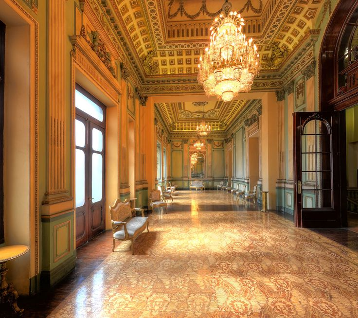 Neoclassical decoration in the hall of mirrors of the for Espejos salon