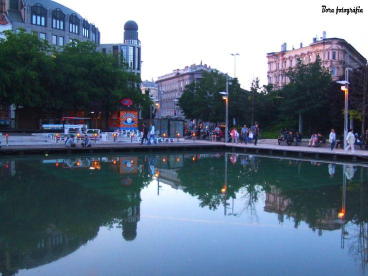 Esti városkép az Erzsébet téri medence víztükrében01