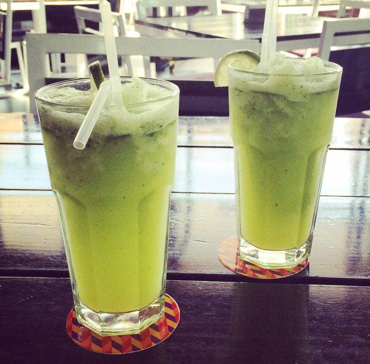 Ingredientes: -1 litro de agua -6 limones (su jugo) -20 hojas de menta fresca (aprox) -Trozos de jengibre (rallado) -Hielo Todo a la licuadora y listo!!! Hint: En el restaurant peruano Tanta sirven…