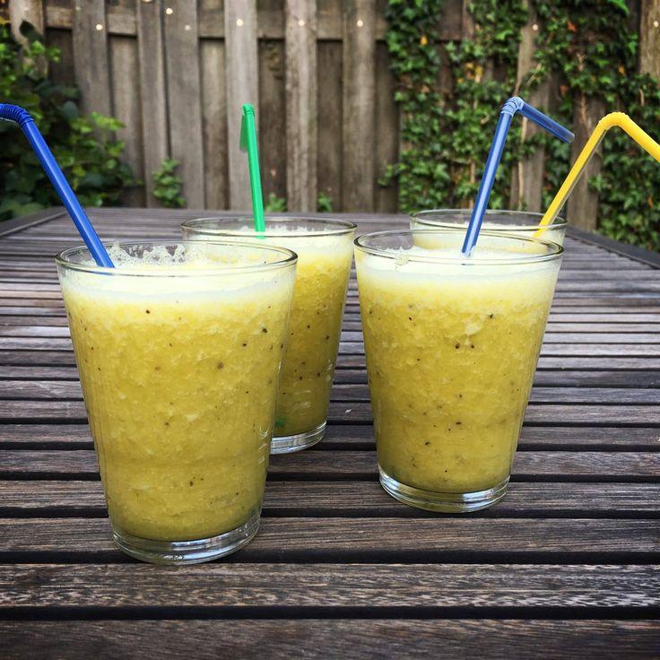 Zet je blender eens aan het werk, met dit recept voor een smoothie met ananas, sinaasappel en kiwi. Hij is erg lekker, al zeg ik het zelf.