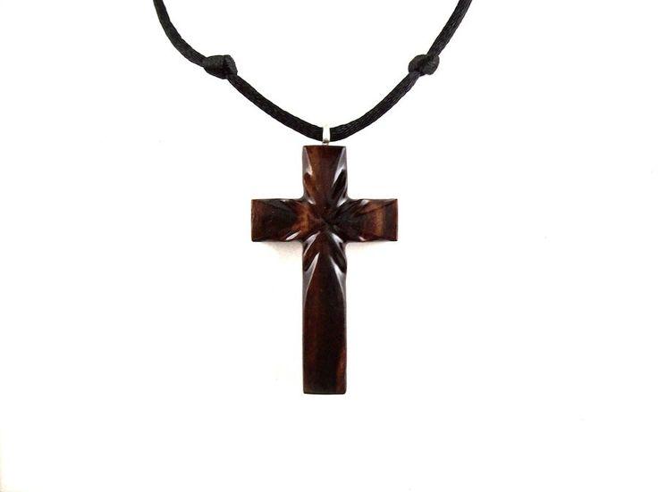 Astucieusement main découpée en Cocobolo, un bois exotique qui est originaire dAmérique du Sud, ce collier Croix en bois est recto-verso, pour deux différents looks. En plein soleil, les couleurs du bois sont plus vives, dans le cas contraire, les couleurs sont un peu plus sombre et plus