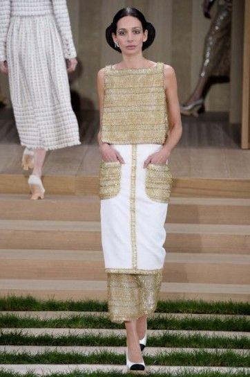 Look bianco e oro Chanel - Top oro e gonna dritta con tasche colorate della collezione Chanel haute couture primavera/estate 2016