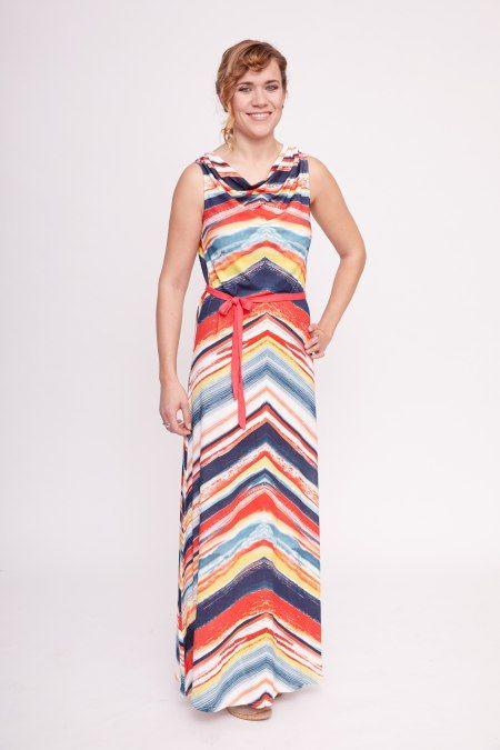 Deze mooie maxi-jurk van Smash! heeft een felgekleurde grafische print in de vorm van strepen. De jurk heeft een ronde hals met col en een los meegeleverd ceintuur.