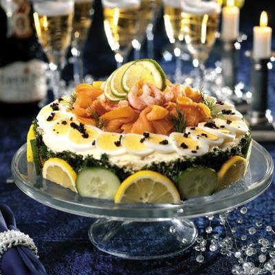 En lyxig smörgåstårta att bjuda på buffébordet eller servera till tolvslaget tillsammans med champagne eller mousserande vin.