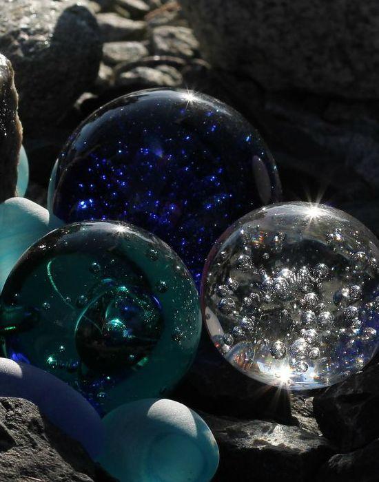 Jól mutatnak asztalon, polcon pl. ezek a belül buborékos üveggömbök