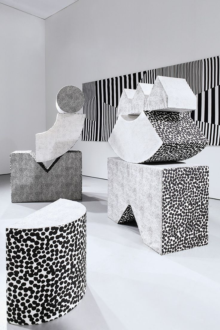 Stacking geometric sculptures with graphic patterns