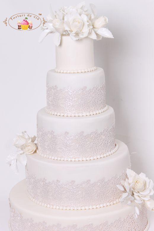 Torturi de vis: Tort de nunta cu dantela si flori albe
