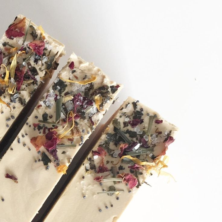 Här är en ljuvligt sensuell och feminin Handgjord ekologisk tvål med tre sorters leror som ger naturlig färgsättning röd gul och vit leta. Gör tvålen lenare halare och fettuppsugande. Balanserande rosig doft av geranium med söt och glad doft av apelsin. Ger ett krämigt kompakt lödder med små bubblor. Hudvårdande raps shea och kakaosmör. Toppad med ljuvliga rosor citrongräs vallmofrö ringblommor och magnesiumrika epsomsaltet. Varje tvål väger ca i färskvikt 150 gram dvs en mycket stor tvål…