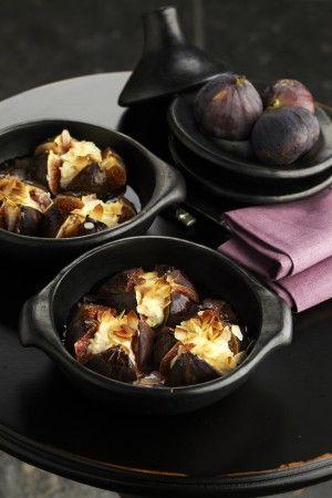 Verse vijgen met ricotta en amandelschijfjes - Pascale Naessens  Bereiding  Snijd de vijgen in vieren, maar let op, niet helemaal tot beneden!  Neem twee vuurvaste kommetjes en zet de vijgen erin. Plooi ze bovenaan open en vul ze met ricotta.  Strooi er de amandelschilfers over en zet ze een 15-tal minuten in de oven op 180°C.     Tip! De vijgen moeten wel rijp en bloedrood zijn vanbinnen. Onrijpe vijgen hebben geen smaak! Het seizoen loopt van september tot november.