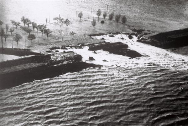 Het dijkgat in de Nieuwe Neuzenpolder bij Terneuzen, 1954.