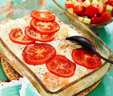 Försöker du få in mer fisk i vardagen? Här är ett ypperligt snabbt, enkelt och smarrigt recept på hemlagad fiskgratäng. In i ugnen med tärnad torsk och lax, crème fraiche och tomater. Servera tillsammans med en saftig sallad av gurk- och tomattärningar. Servera det hela med kokt potatis, voila!