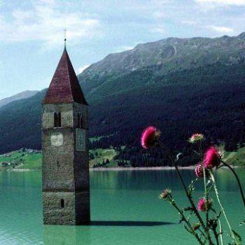 Le lac de Resia de Bolzano dans les dolomites, Italie