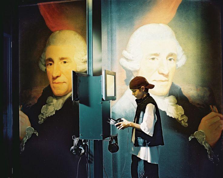 Seorang anak lelaki tengah mendengarkan musik di Haus der Musik, Wina. Museum ini juga tempat melihat warisan komponis-komponis berpengaruh sekaliber Mozart, Haydn, dan Beethoven.
