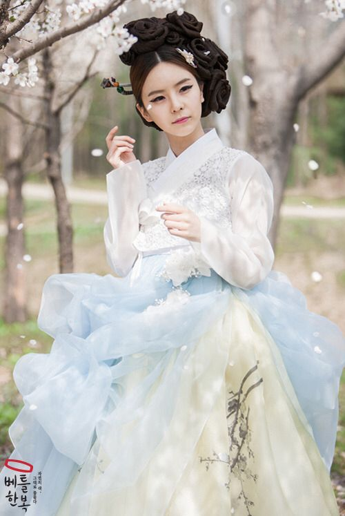 한Foofy hanbok!! The person in this pic looks a lot like the actress who plays the sassy oncology nurse in Jealousy Incarnate.