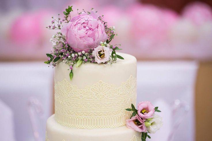 Živé květiny jako ozdoba dortu je klasika, ale čokoládová krajka to jsou detaily, která vytváří ráz svatby. #svatebnídort #čokoládovákrajka #potahovanýdort #květinynadortu