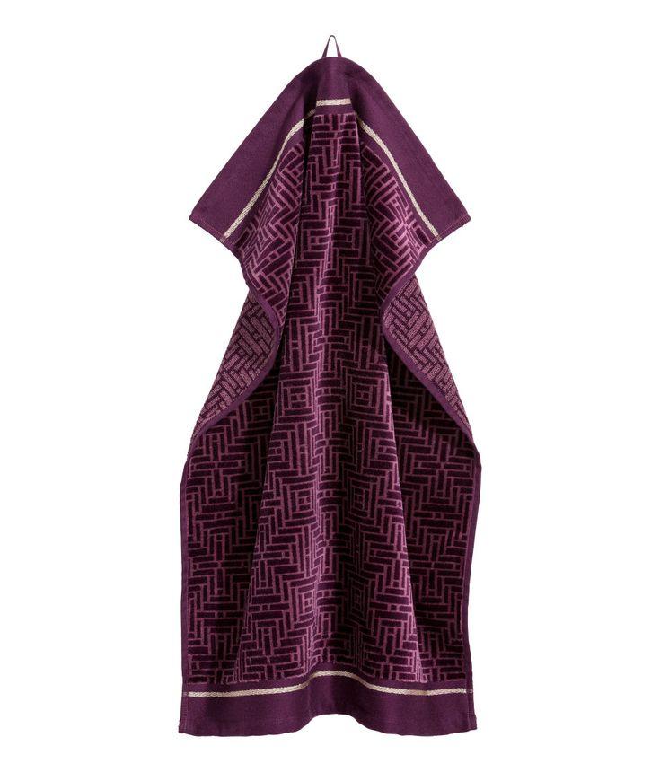 Kolla in det här! En jacquardvävd handduk med framsida i velour och baksida i frotté. Handduken har en guldfärgad rand på kortsidorna. Hängare på ena kortsidan. - Besök hm.com för ännu fler favoriter.