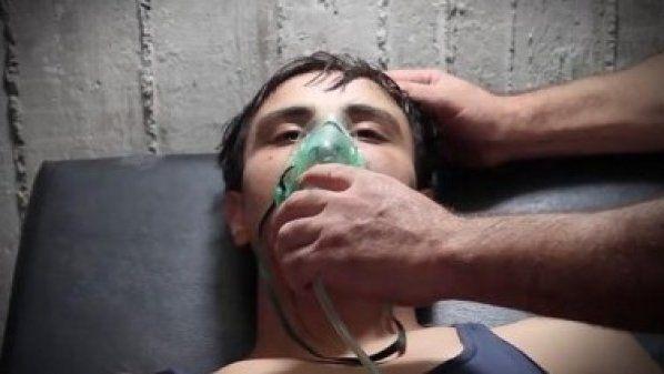 Rezim Asad targetkan beberapa kota di provinsi Hama dengan gas klorin  HAMA (Arrahmah.com) - Rezim Nushairiyah pimpinan Bashar Asad pada Sabtu (1/10/2016) menargetkan beberapa kota di provinsiHama dengan menjatuhkan bom barel yang dicampur dengan gas klorin yang mengakibatkan puluhan warga sipil mengalami sesak nafas.  Helikopter-helikopter pasukan rezim Asad menjatuhkan bom barel di kota Kafr Zita dan Al-Lataminah di utara Hama yang mengakibatkan lebih dari 25 kasus asfiksia. Semua korban…