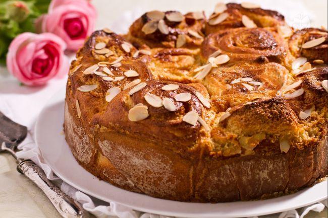 La torta delle rose è un dolce tradizionale mantovano dalla tipica forma a rotoli che ricorda un cesto di boccioli di rose.
